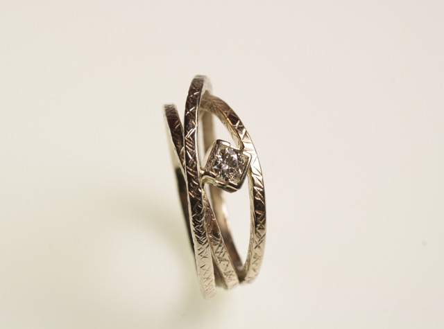 Anello di fidanzamento con solitario, in oro bianco martellato, creato da Eva.