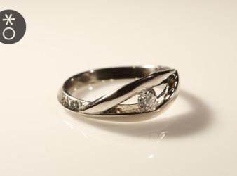 anello ritorto personalizzato in oro bianco, creato da Eva