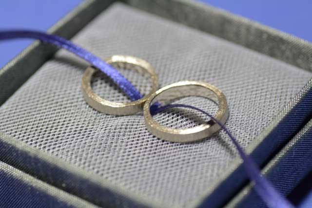 Fedine di anniversario in oro bianco, di forma geometrica irregolare, fatte a mano.