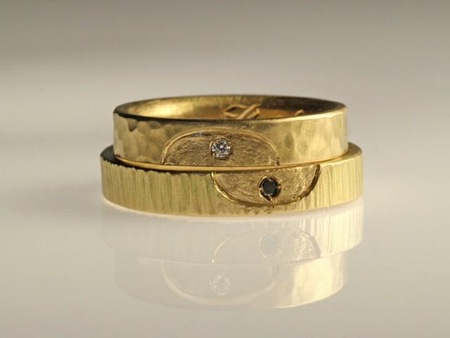 """Fedi nuziali originali: """"Miriam""""- fedi in oro giallo martellato, incisione a ellisse e 2 diamanti / """"Miriam""""- hammered yellow gold rings, oval shape engraved by hand, with 2 diamonds"""