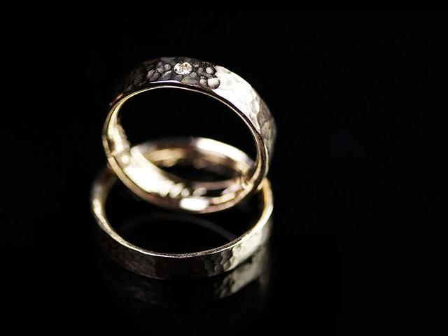 """Fedi matrimoniali originali: """"Martellate"""" – fedi in oro bianco martellato, con diamanti / """"Hammered"""" – White gold rings, hammered, with diamonds fedi-con-diamanti1"""