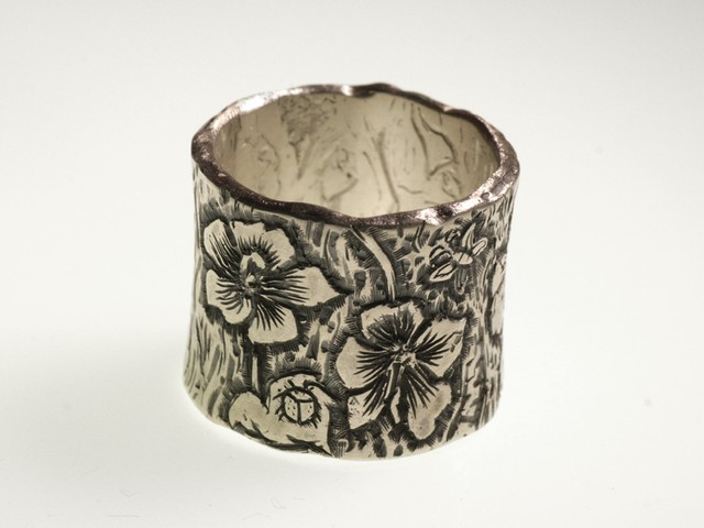 "Fede nuziale originale: ""Ibisco""- Fede in oro bianco incisa a mano / ""Hibiscus"" – White gold ring, engraved by hand"