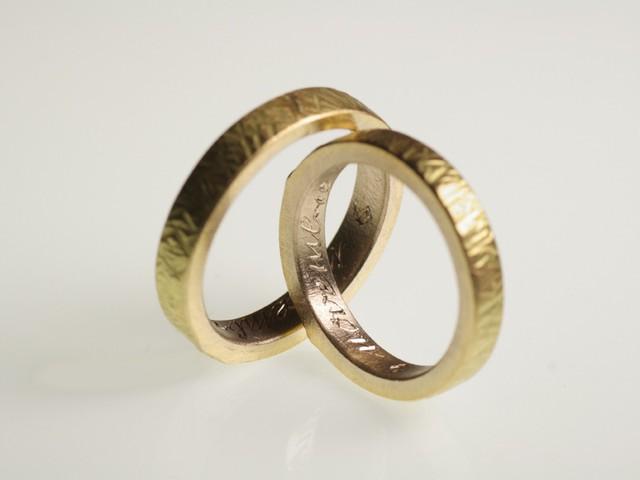 """Fedi matrimoniali: """"Talita""""- Fedi bicolore: dentro oro bianco, fuori oro giallo / """"Talita"""" – Two-coloured rings: white gold inside, yellow gold outside"""