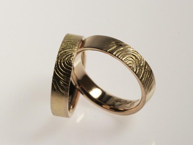 """Fedi nuziali con impronte digitali: """"Impronta""""- fedi in oro rosa con l'impronta della figlia / """"Fingerprint"""" – Rose gold rings with the couple's daughter's fingerprint"""