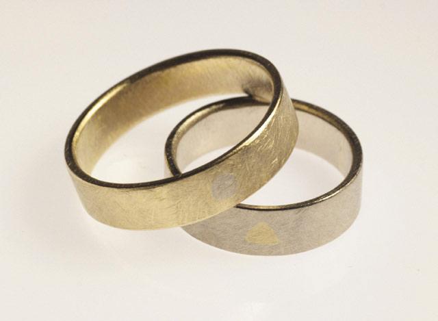 """Due anelli """"con un'anima"""". Fedi personalizzate bicolore con intarsio."""