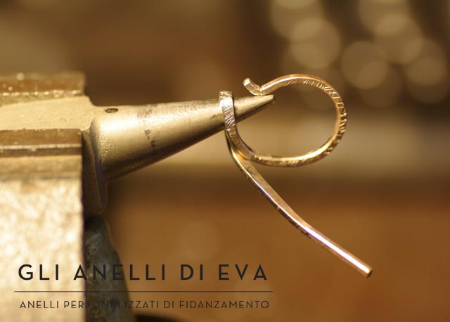 Creazione di un anello solitario tramite deformazione di un filo d'oro bianco.
