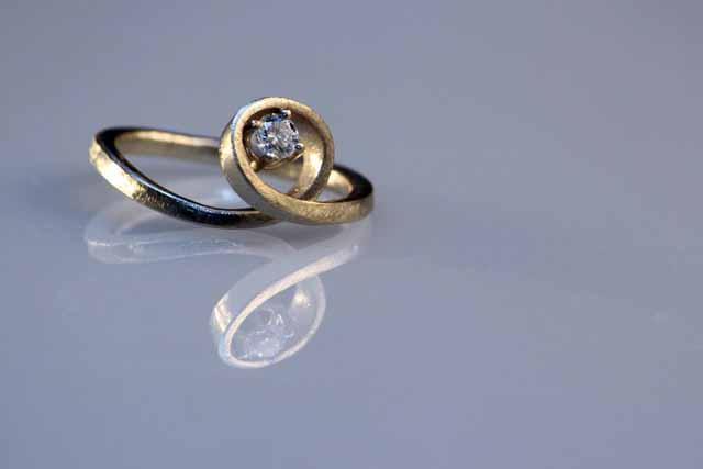 Foto dell'Anello di Fidanzamento reggente un Diamante Etico
