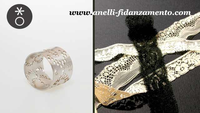 La fede nuziale in oro bianco creata da Eva sposa l'abito nei dettagli in pizzo.