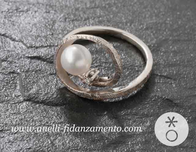 Anello d'oro con perla e punto luce, creato esclusivamente per Valentina, da Eva.
