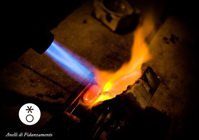 fusione dell'oro nel crogiuolo e formazione del lingottino pronto la lavorare a mano!