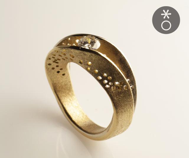 Ermanno aveva già un diamante di famiglia da incastonare, insieme abbiamo disegnato l'anello personalizzato per lui, ispirato al nastro di Moebius.
