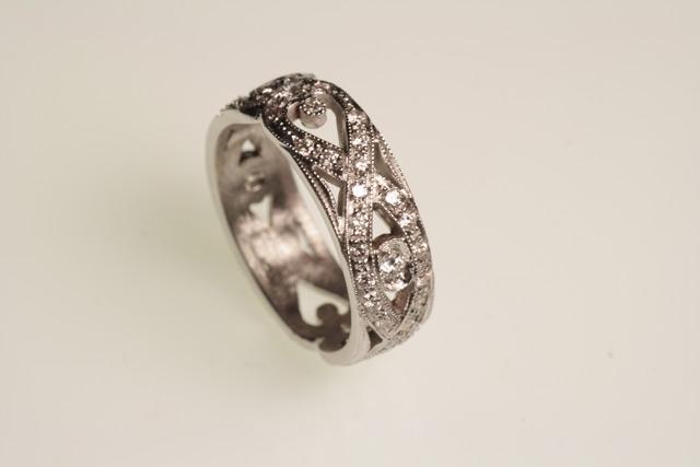Anello fantasia in oro bianco e diamanti, creato per la ragazza di Eugenio.