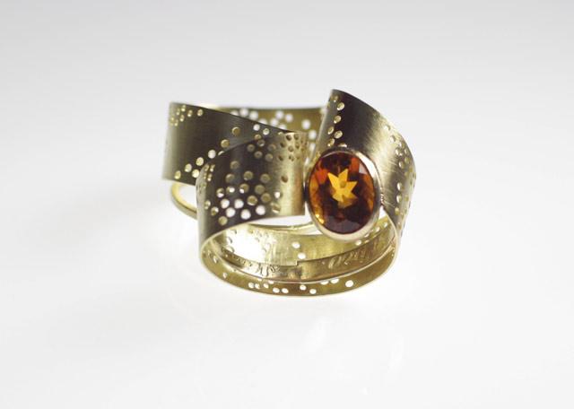 Anello con quarzo fatto su misura per Mariagrazia. Nell'anello sono inseriti due frammenti delle fedi dei genitori su cui sono incisi i loro nomi.