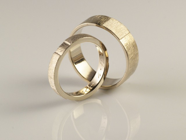 "Fedi nuziali artigianali particolari: ""Aretha""- fedi in oro bianco con finitura invertita: satinata e incisa / ""Aretha"" – white gold rings with complementary finishes: satin and engraved"