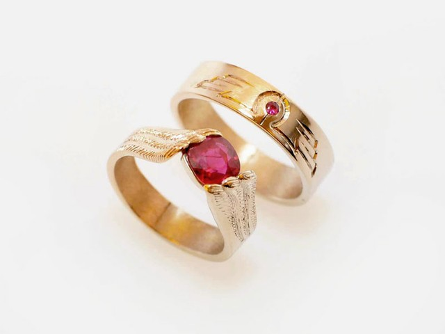 "Fedi nuziali originali e particolari: ""Ali""- Fedi differenti con rubini, in oro rosa e bianco, incise a mano con simboli cari agli sposi / ""Wings"" – Two different rings, white and rose gold, with rubies, hand engraved with symbols chosen by the bride and groom"