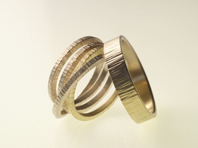 "Fedi nuziali particolari: ""Quattro""- Fedi bicolore (oro giallo e bianco) martellate / ""Four""- White and yellow gold rings, hammered"