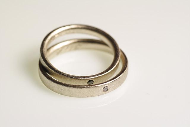 Fedi con diamanti neri e bianchi di Francesca, coordinate a orecchini e pendente.
