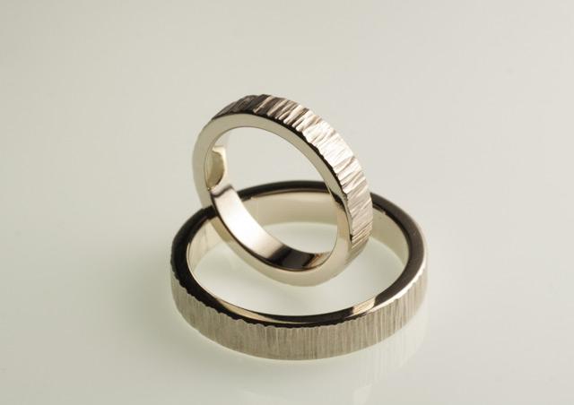 """Questi non sono """"anelli senza anima""""! Fedi personalizzate eseguite a mano in oro bianco, battute a martello."""
