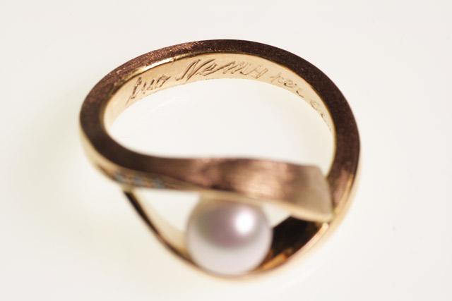 Anello di fidanzamento in oro rosa satinato, personalizzato sia per la forma che per l'incisione interna eseguita a mano.