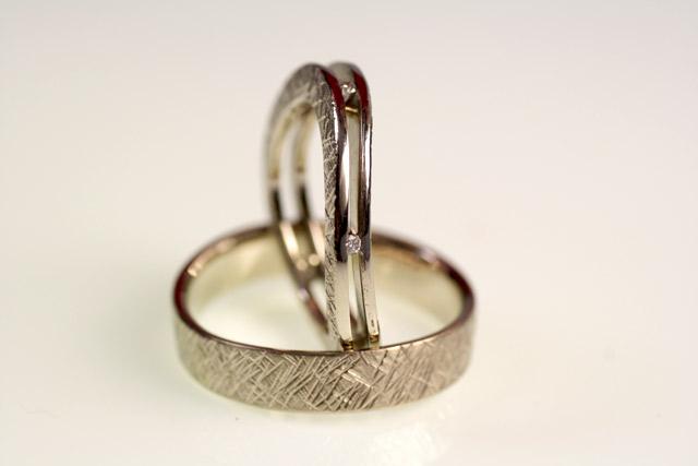 Le fedi personalizzate create per Riccardo: una coppia di fedi differenti, martellate come l'anello di fidanzamento.