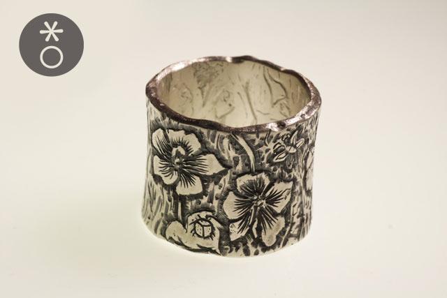 Anello con fiori di Ibisco incisi a mano, creato da Eva.