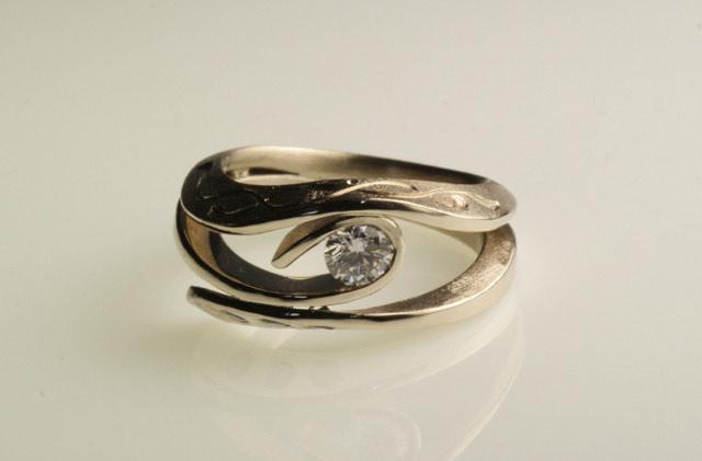 Anello di fidanzamento in stile antico, inciso a mano, con diamante etico. Creato da Eva.