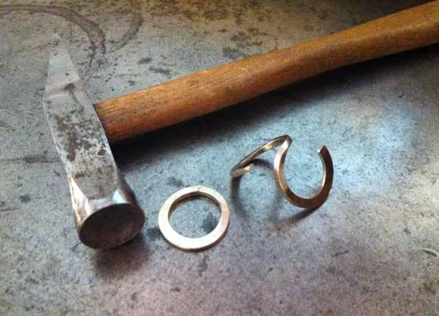 Creazione dell'anello in stile antico, per Daniele. Formazione delle due fedine che compongono l'anello in oro bianco.