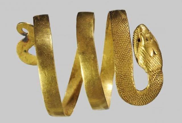 L'ispirazione può venire dall' armilla a corpo di serpente della Casa del Fauno di Pompei.