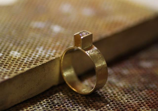 Anello geometrico personalizzato in oro giallo graffiato, con diamante etico. Fatto esclusivamente a mano.