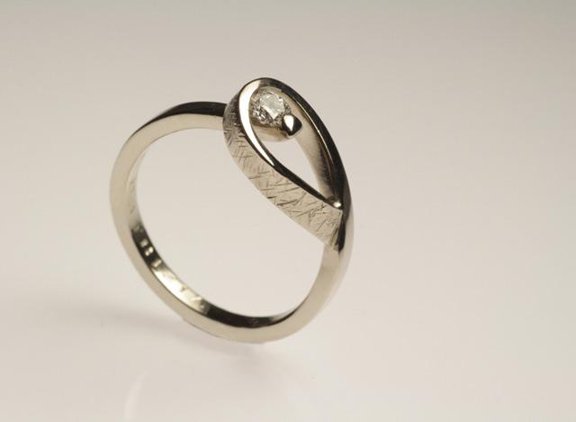 Solitario con diamante, non standardizzato! Anello unico eseguito totalmente a mano.