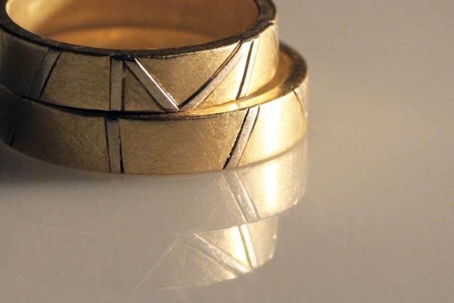 Fedi artigianali in oro con iniziali, create da Eva.